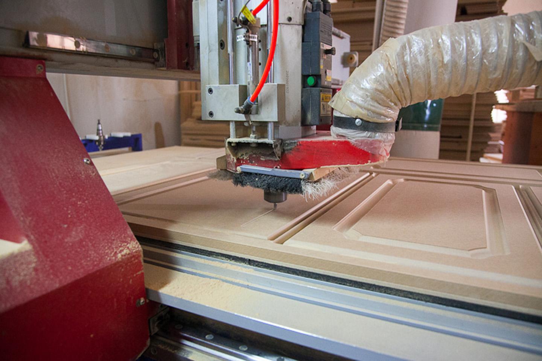 Фрезеровка мебельных фасадов на производстве